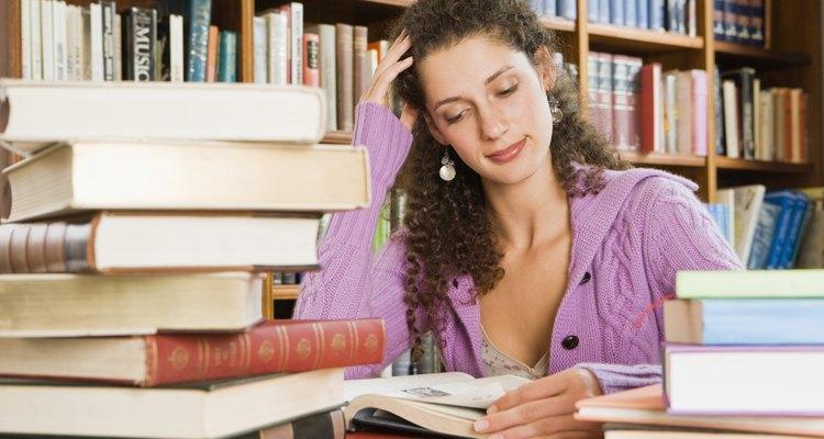 Analisar a ambientação de uma obra literária pode revelar muito sobre seus temas
