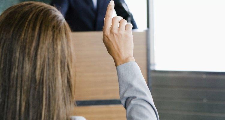 Un orador motivacional impulsa a las personas a hacer cambios en su vida.
