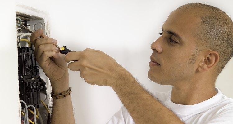 Os disjuntores e fusíveis protegem a instalação elétrica de uma casa
