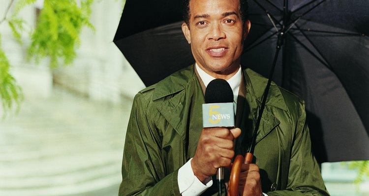 Un reportero de televisión debe transladarse hasta la escena, reunir toda la información en cuestión de minutos y luego entregar un buen reporte en vivo.