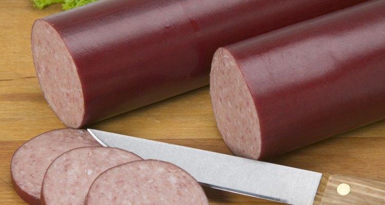Frite levemente o salame para enriquecer o sabor da carne antes de adicioná-lo à comida