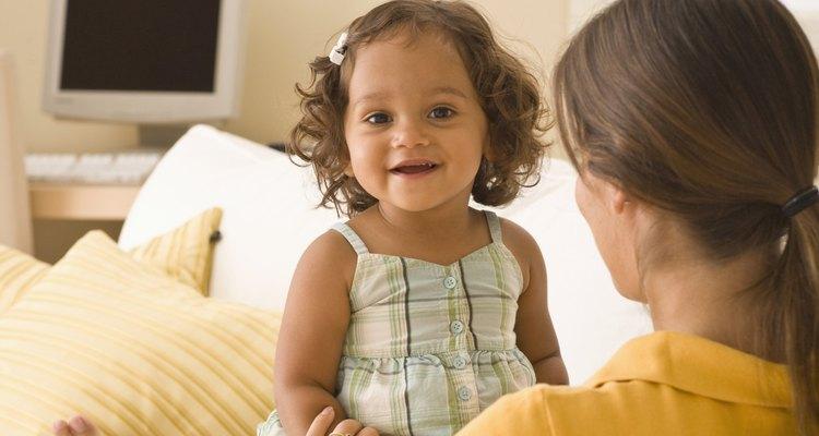 Hacer juegos simples de adivinanzas con tu hijo pequeño puede ayudarle a desarrollarse intelectual y socialmente.