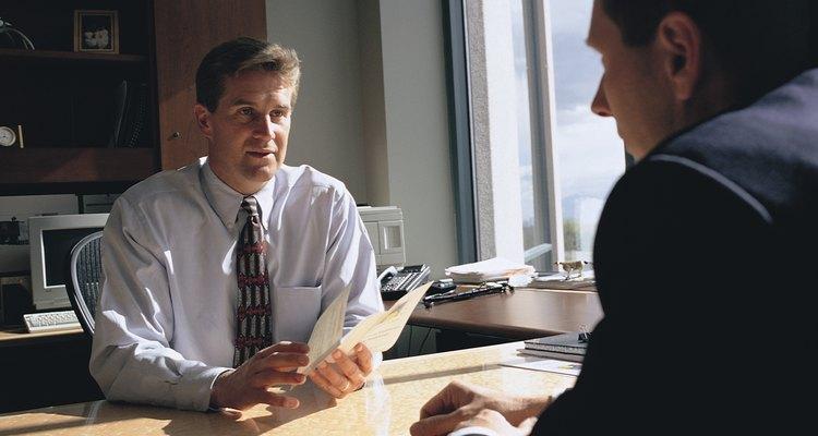 El empleado se beneficia de una agencia de colocación de empleo al conseguir un trabajo donde se ponen en uso su experiencia laboral previa y habilidades.
