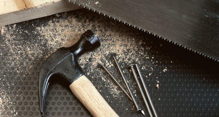 Um martelo e um serrote são ferramentas essenciais para o trabalho