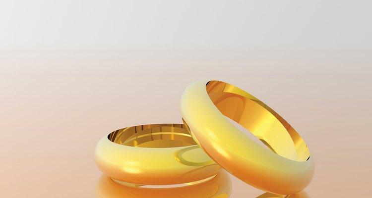 Puedes calcular el porcentaje de contenido de oro en tu joyería si puedes encontrar sus marcas en quilates.