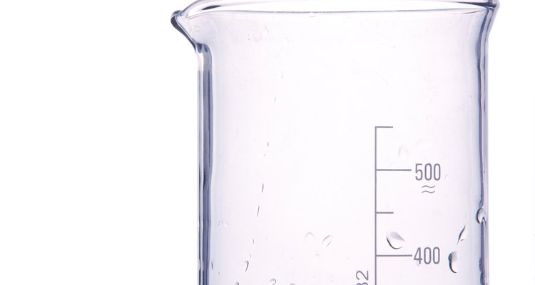 Vaso volumétrico para mezclar agua y vinagre.