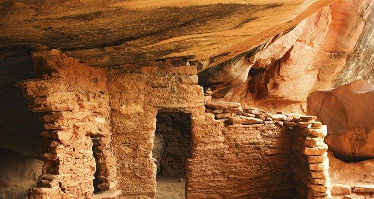 Los Anasazi vivían en chozas, así como en viviendas de varios pisos en los acantilados.