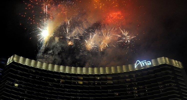 Los hoteles de Las Vegas celebran el Año Nuevo con un espectáculo de fuegos artificiales.