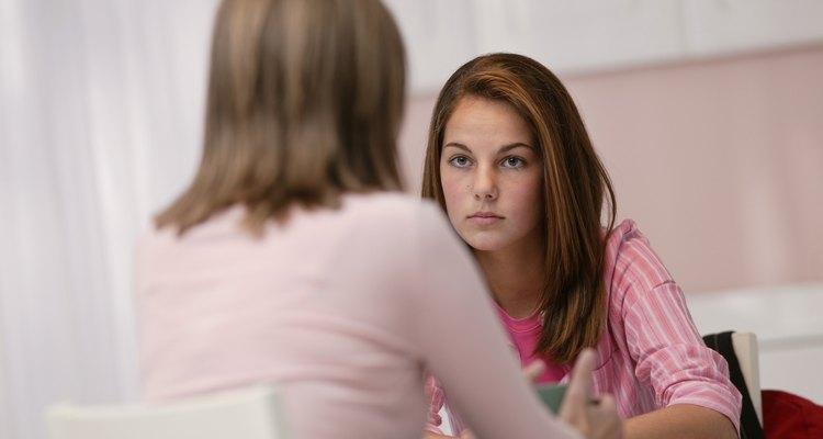 El comportamiento desafiante puede ser causado por el intento de encajar con los grupos de pares.
