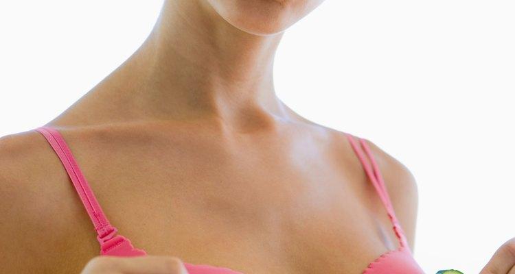 Os mamilos podem ficar doloridos no período da menopausa devido a flutuação hormonal