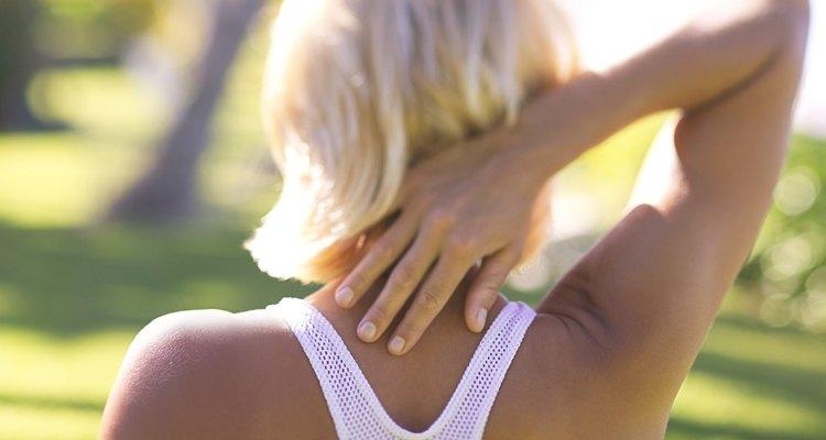 Mulher alongando o braço
