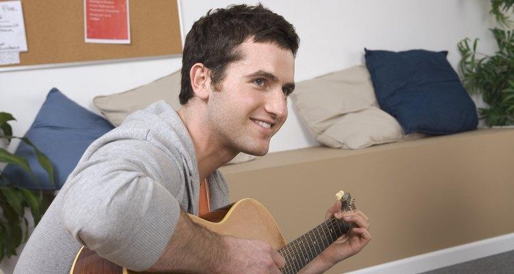 Chico tocando la guitarra.