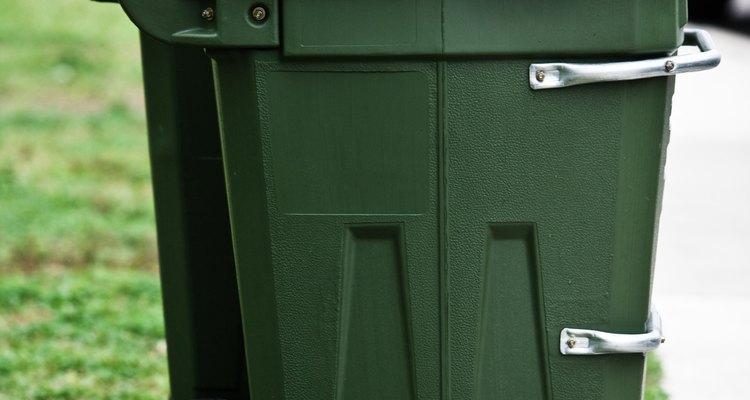 Mantenha os sacos de lixo fechados ou coloque o lixo em uma lixeira bem fechada