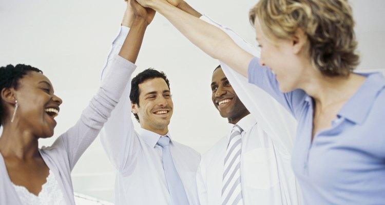 Colegas que fazem um grupo high five