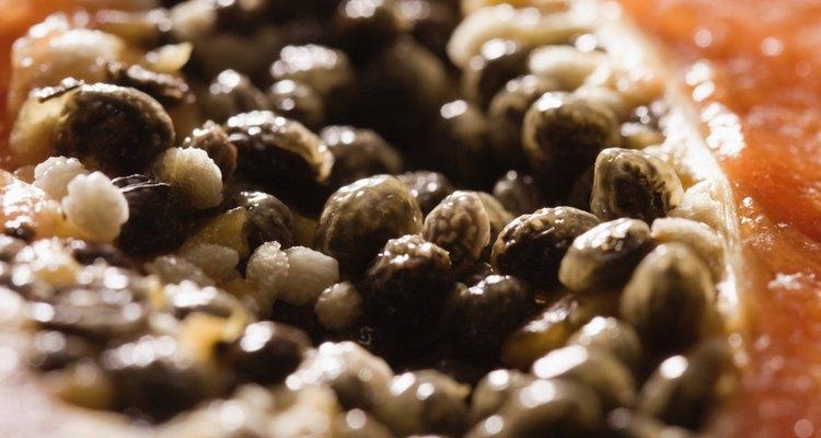 Embora a maioria das pessoas jogue fora as sementes de mamão, elas são na verdade comestíveis