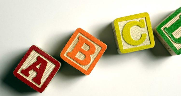 Usa bloques con letras como herramienta manipulativa para ayudar a tus hijos a tocar y reconocer cada letra.