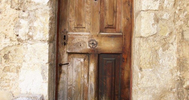 Las viejas puertas se pueden utilizar para hacer divisiones o convertir en muebles.