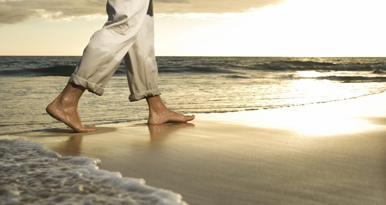 Homem andando na praia