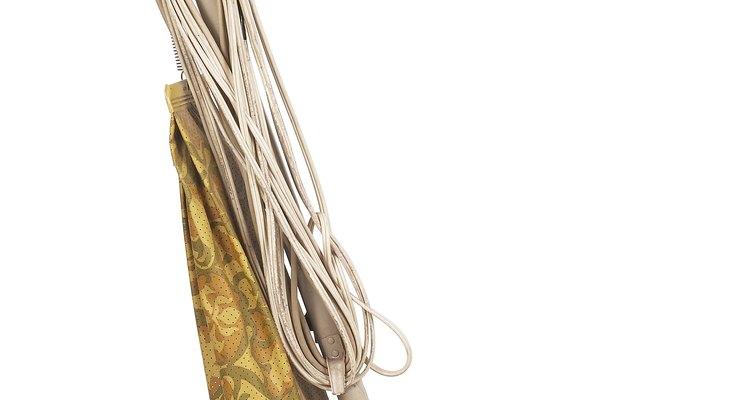 Descarte o saco do aspirador em um lixo selado após remover as fezes de barata