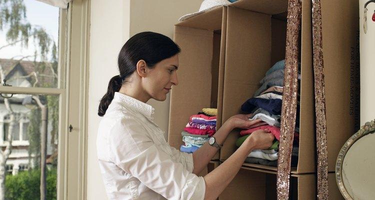 Aunque las cajas pueden servir como armarios temporarios, un armario empotrado o un ropero resistente agregan valor a tu casa.