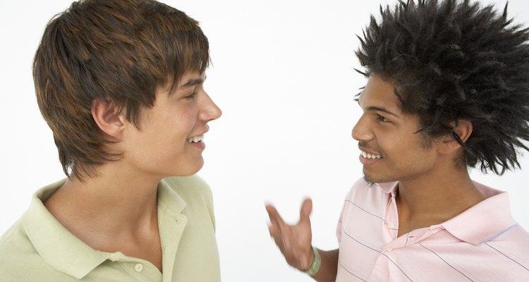 A medida que el adolescente socializa aprende a diferenciar ciertos grupos y a adaptar su lenguaje.