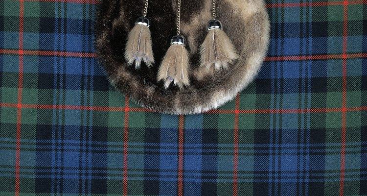 """Los hombres visten los """"kilts"""" (típicas faldas escocesas)."""