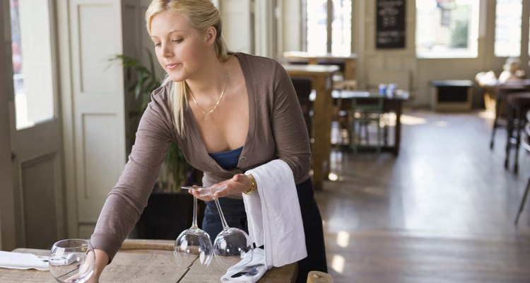 Toalhas brancas de restaurante geralmente podem ser lavadas com alvejante e são uma escolha popular