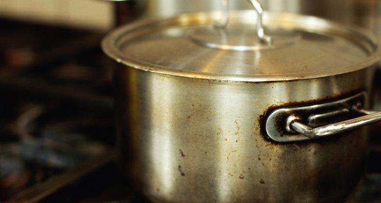 Tampas podem ficar presas com o vácuo entre elas e as panelas durante o cozimento