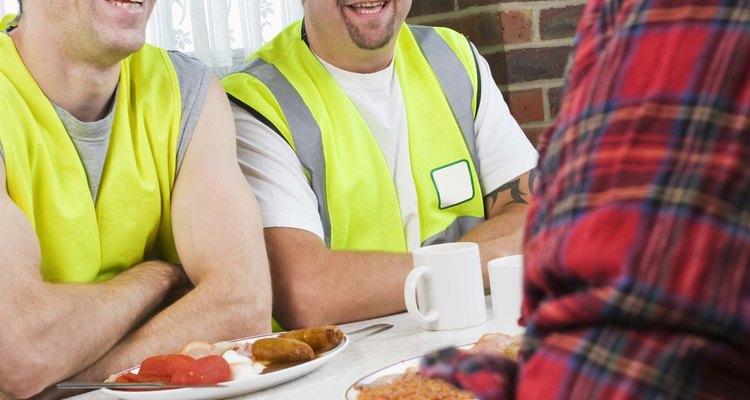 Son responsables de la limpieza y la preparación de los sitios de trabajo para la construcción.