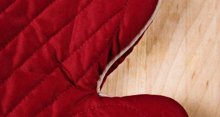 Evite queimaduras usando luvas térmicas para manusear a assadeira quente