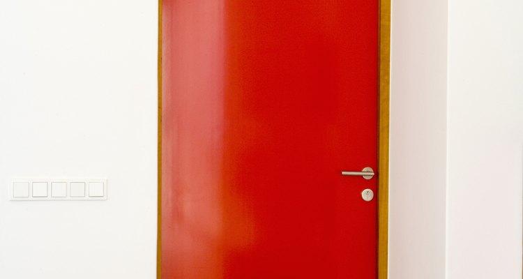 Uma porta de cor viva vai adicionar interesse ao corredor