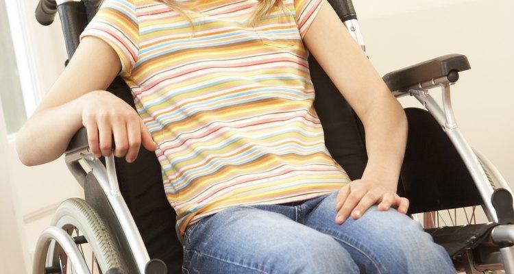 La mayoría de las sillas de ruedas miden de 24 a 27 pulgadas (61 a 69 cm) de ancho.