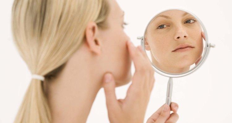 Controla la técnica en el espejo mientras realizas los ejercicios para las mejillas.