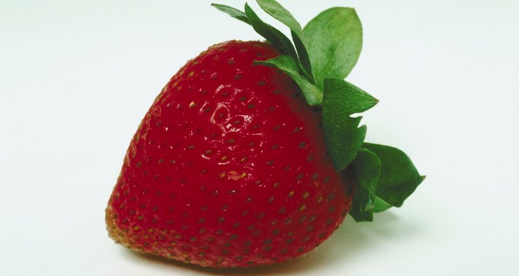 É melhor usar morangos frescos e firmes quando cortar formatos complicados