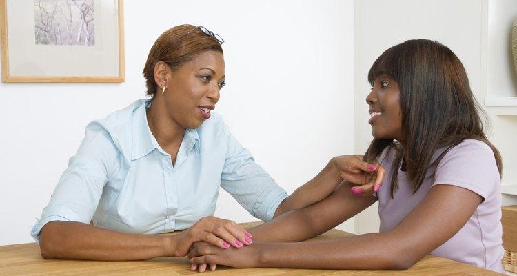 Habla con tu hijo sobre los riesgos asociados con las ETS.