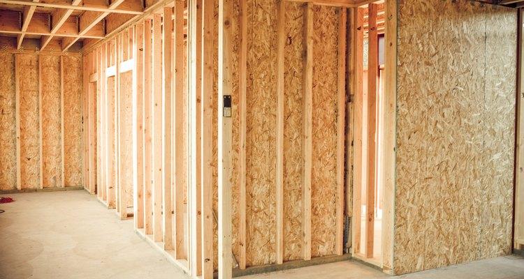 Los cimientos de maderas tratadas ofrecen una alternativa al cemento colado o los bloques de cemento en varios tipos de edificios.