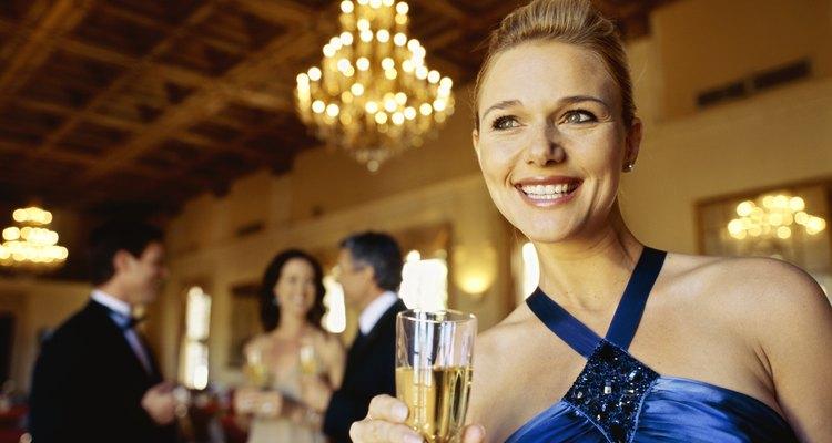 Las galas formales requieren atuendos elegantes.