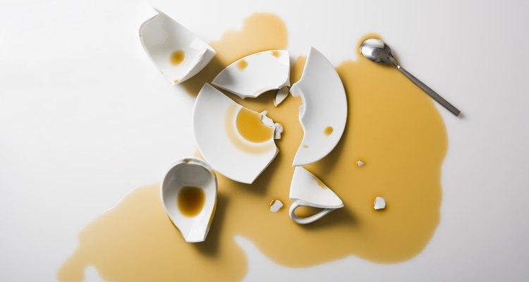 Resista à tentação de pegar vassoura e pá de lixo quando sua peça favorita de porcelana fina quebrar