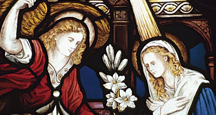 El ángel Gabriel se le aparece a la Virgen María.
