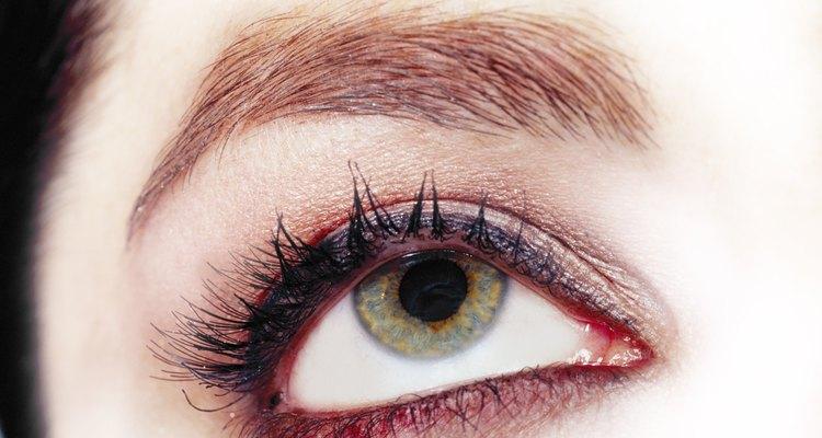 Depilarse con cera es una manera efectiva de remover el vello no deseado de las cejas.