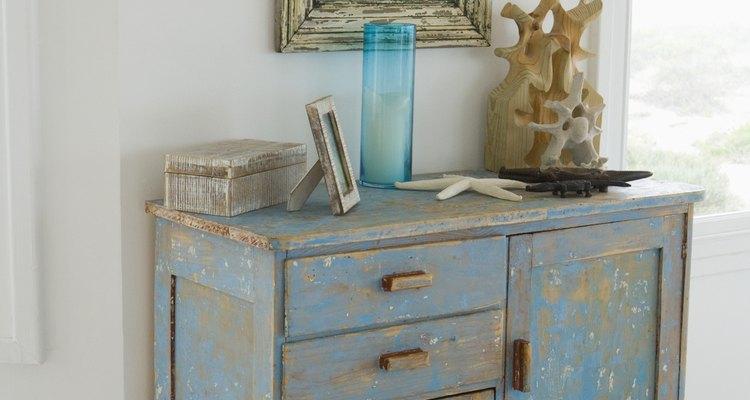 Crea el aspecto de madera envejecida en tus muebles para complementar la decoración de tu hogar.