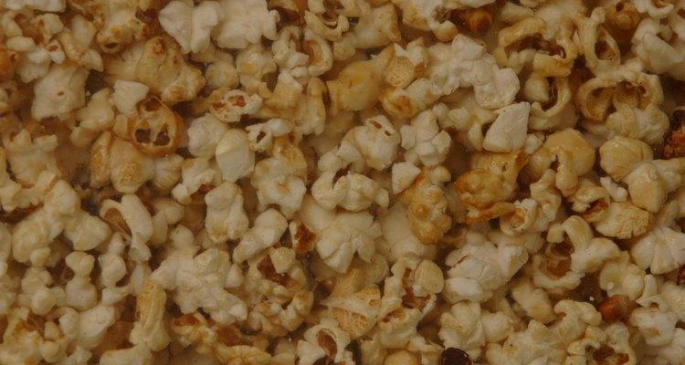 Sirve típicos bocadillos de películas como palomitas de maíz, dulces y refrescos, así como las opciones más saludables como barras de granola y jugos de frutas.