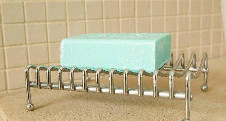 El jabón que se compra en una tienda puede contener productos químicos que secan o irritan la piel, ¡trata de hacer tu propio jabón!
