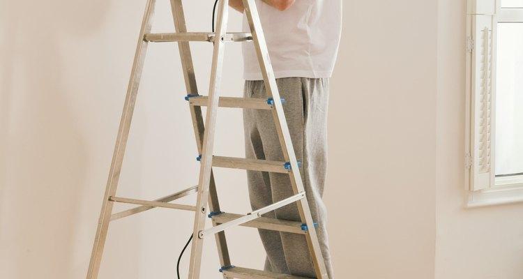 Mantén firme y recto el taladro a un ángulo de 90 grados con la pared.