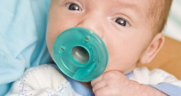 Los chupetes pueden ayudar a calmar a los recién nacidos.