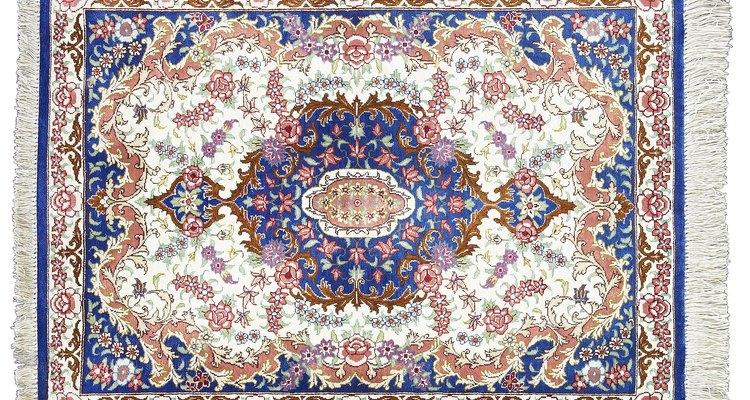 Las soluciones para limpiar alfombras que se consiguen en las tiendas a menudo son muy caras.