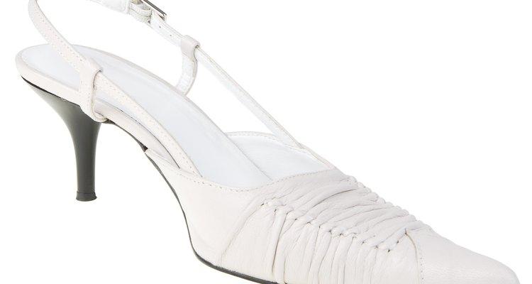 Adicionar um furo no seu sapato slingback requer apenas uma pequena ferramenta e alguns minutos do seu tempo