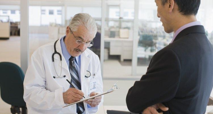 Homem falando com o médico