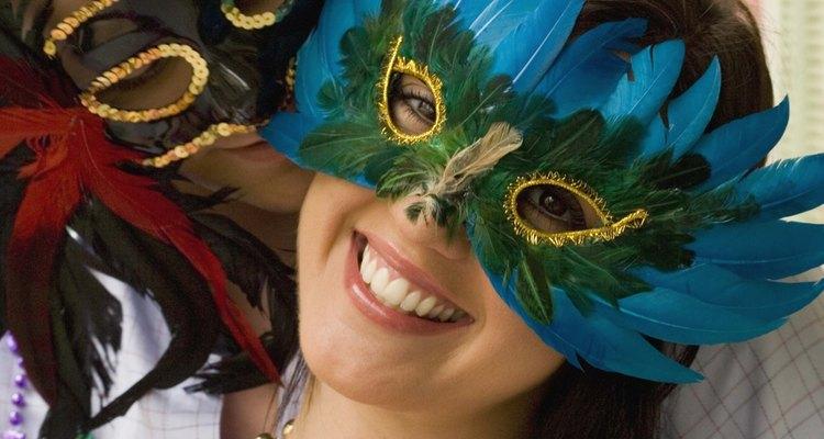 Los personajes de carnaval cobran vida con máscaras y disfraces.