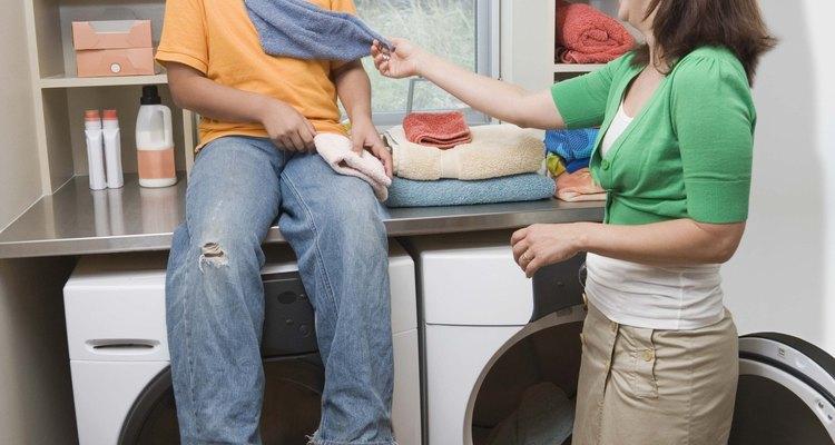 Al diseñar un cuarto de lavado de ropa, puedes imaginar estantes para almacenar productos de limpieza.